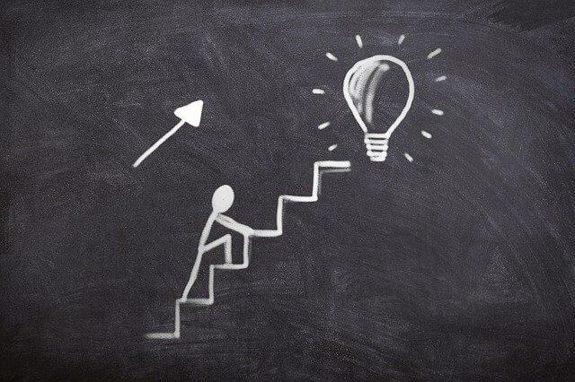 理解に近づいて階段を登る人
