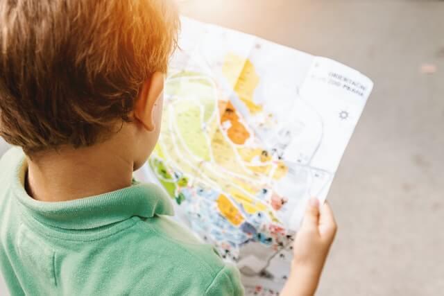 地図を読む少年