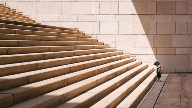 階段を登ろうとする少年