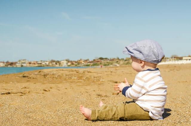 砂浜に座る男の子