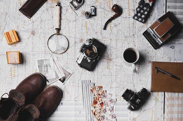 地図の上に置かれた道具