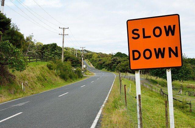 速度落とせの標識