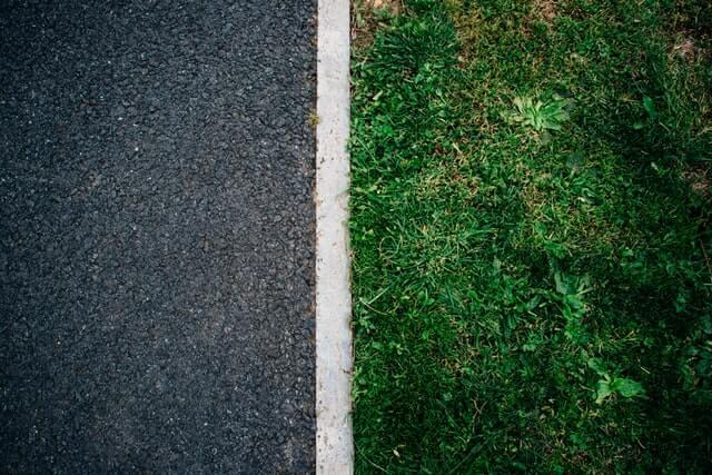 コンクリートと芝生