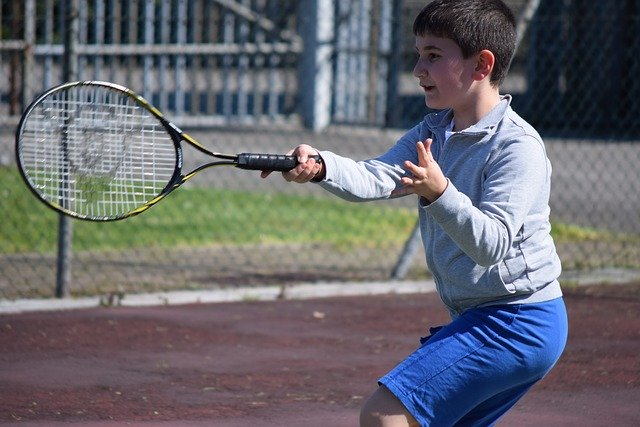 テニスを練習する少年